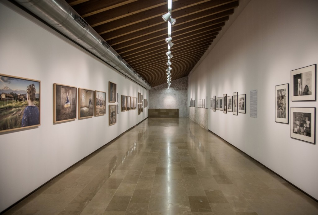 Vista de la exposición 'al hilo de...la fotografía'. Imagen cortesía del E CA de Riba-Roja.