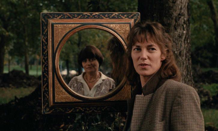 Jane Birkin y Agnès Varda (reflejada en el espejo). Imagen cortesía de Filmoteca de Valencia.