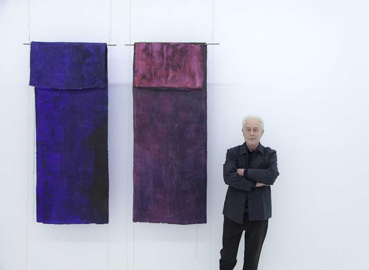 Luis Moscardó junto a su obra. Imagen cortesía de Galería Punto.