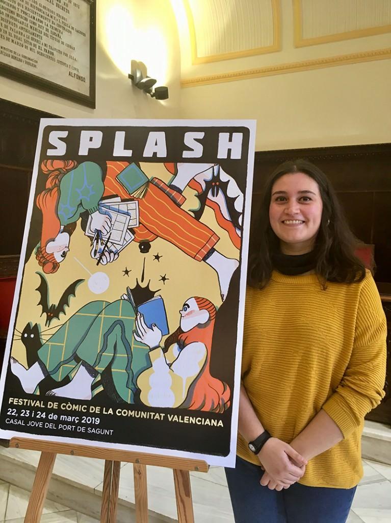 Núria Tamarit junto a su cartel para el Splash Sagunt 2019, por cortesía del festival.