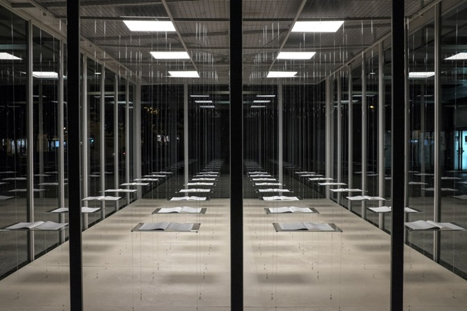 Vista nocturna del cubo del MuVIM con la propuesta de Manu Blázquez. Fotografía de Biel Aliño.