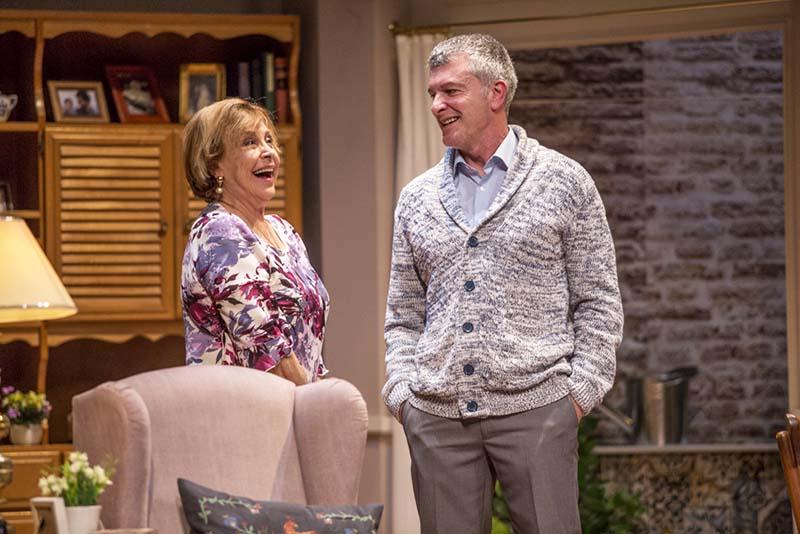 María Luisa Merlo y Jesús Cisneros en 'Conversaciones con mamá'. Imagen cortesía de Teatro Flumen.
