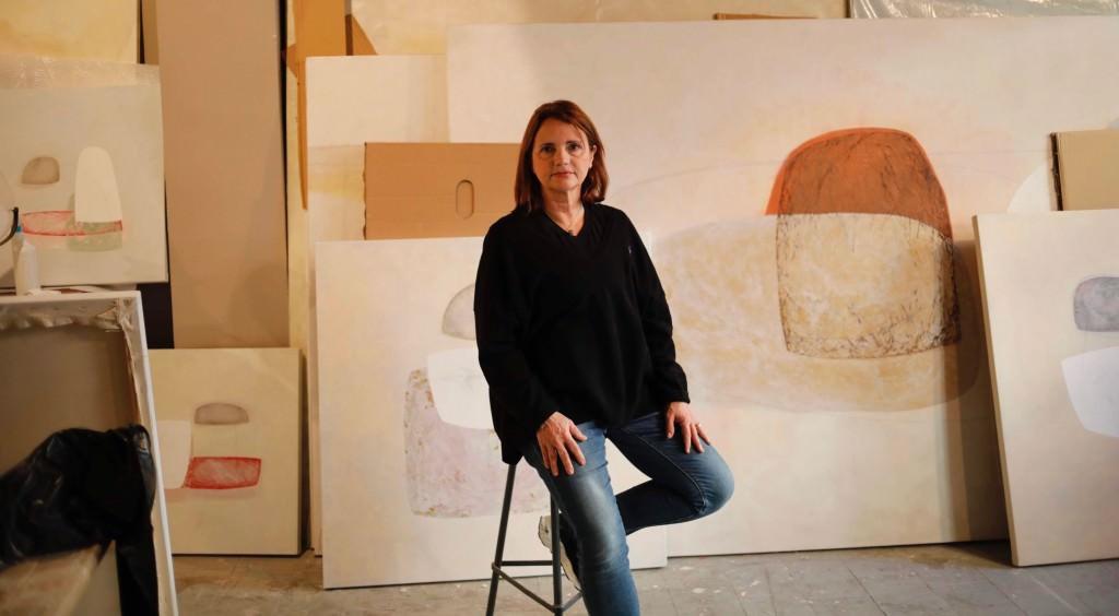 La artista Cristina Alabau en su estudio de Ruzafa. Fotografía: Juan Peiró.