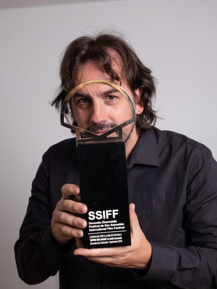 Isaki Lacuesta posa con la Concha de Oro a la mejor película, por 'Entre dos aguas'. Fotografía: Jorge Fuembuena, cortesía del Festival Internacional de Cine de San Sebastián.