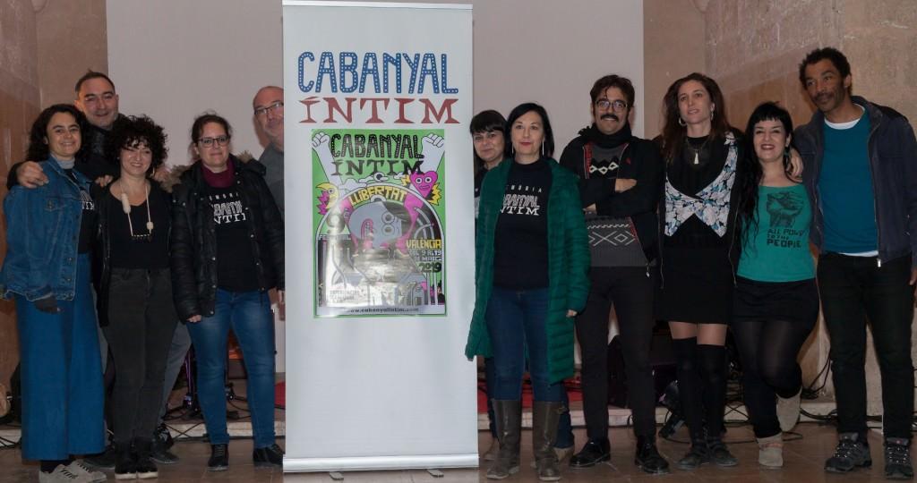 Miembros del equipo de Cabanyal Íntim durante la presentación del cartel de la novena edición del festival, obra de Elías Taño. Imagen cortesía de la organización.