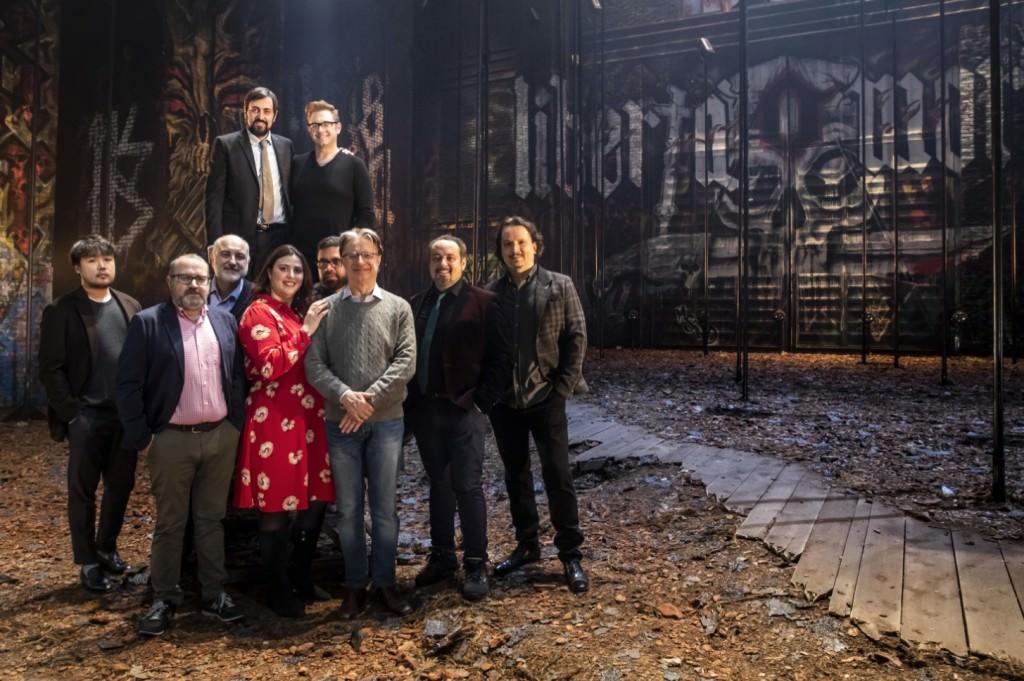 Roberto Abbado y Jesús Iglesias Noriega, con los intérpretes de 'Il masnadieri'. Imagen cortesía de Les Arts.