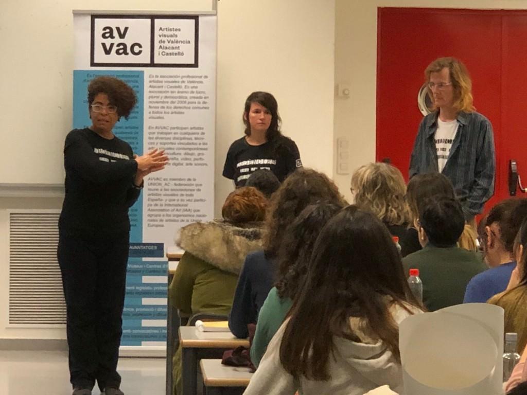 Miembros de AVVAC publicitan el curso en las aulas de la Facultad de Bellas Artes de la UPV. Fotografía: Rafael Alguer (AVVAC).
