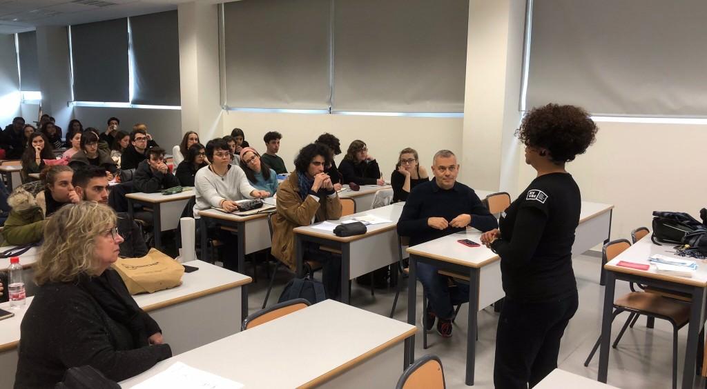 Miembros de AVVAC visitan la Facultad de Bellas Artes de la UPV publicitando el curso. Fotografía: Rafael Alguer (AVVAC).