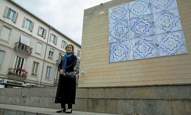 Soledad Sevilla, junto a su obra 'El Patriarca', en la fachada del IVAM.