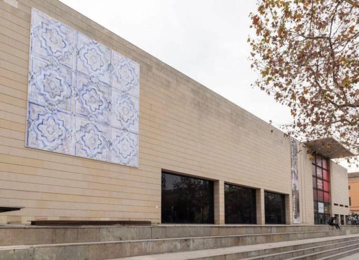 El Patriarca, de Soledad Sevilla, en la fachada del IVAM.
