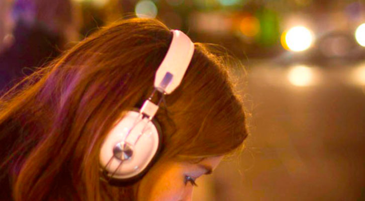 Una joven escuchando música. Foto: N. Caizas (Flickr).