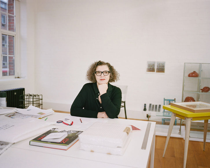 Mona Hatoum, en su estudio de Londres en 2018. Fotografía de Gabby Laurent por cortesía del IVAM.