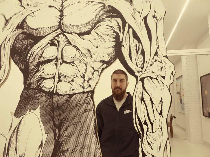 Guillermo Ros junto a una de sus obras en Galería Punto.