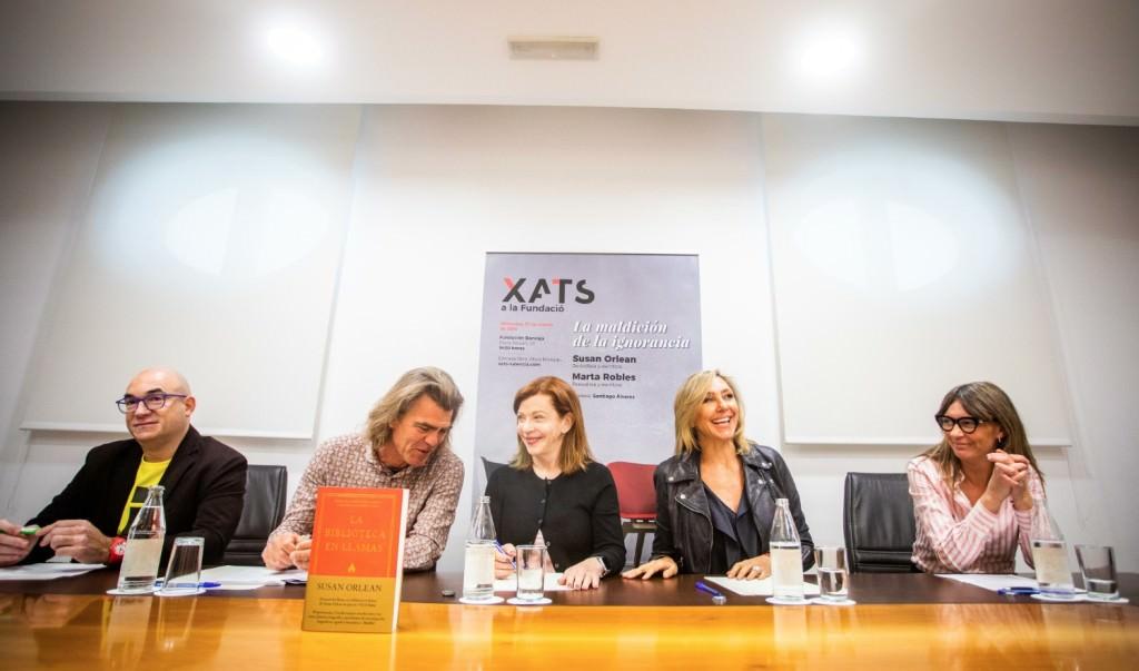 Susan Orlean y Marta Robles, en el centro de la mesa, durante el encuentro de Xats a la Fundació. Imagen cortesía de Fundación Bancaja.