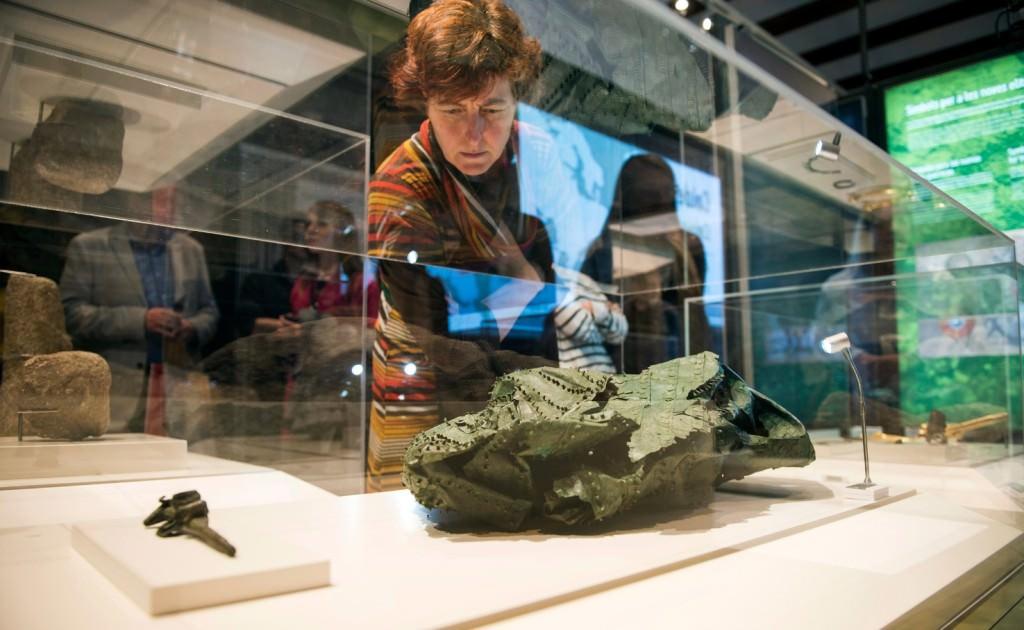 Una mujer contempla una de las obras de la exposición 'Galaicos. Un pobo entre dous mundos'. Foto de Abulaila por cortesía del Museu de Prehistòria de València.