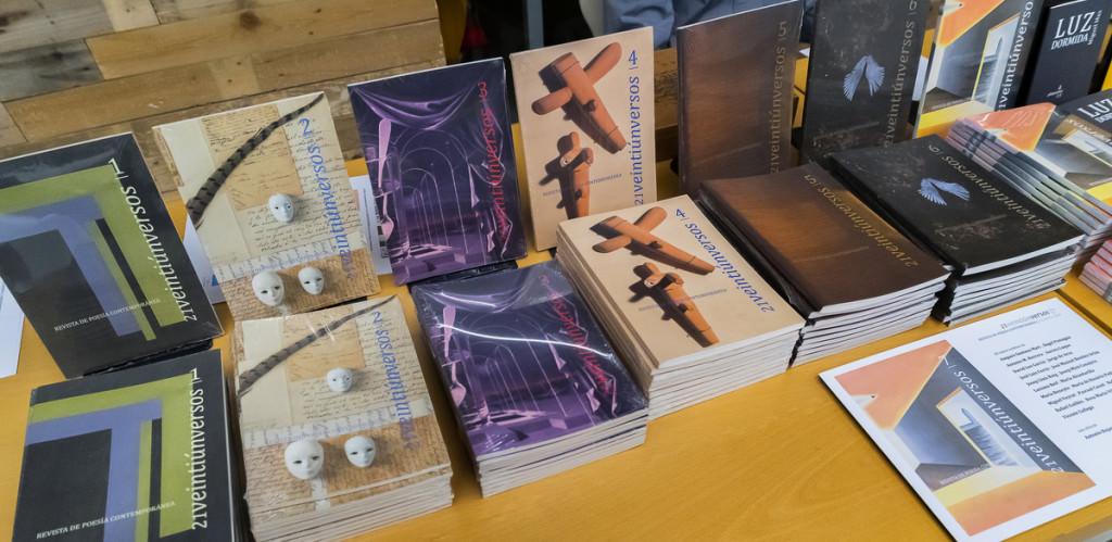 Ejemplares de la revista 21 Veintiúnversos editada por Banda Legendaria. Imagen cortesía de Paper València.