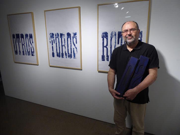 Tomás Gorria, junto a algunas de sus obras. Foto: Makma