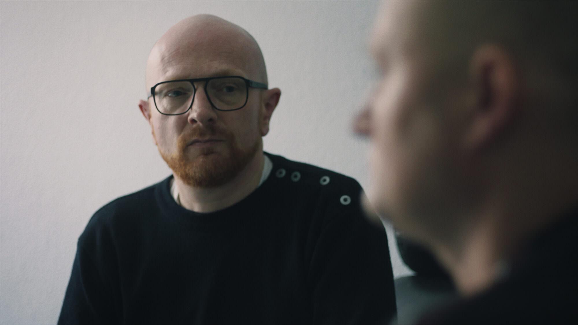Mads Brügger, director de 'El infiltrado', junto a Ulrich Larsen. Filmin